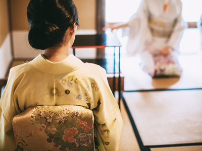 着物を着た女性が座敷に座っている